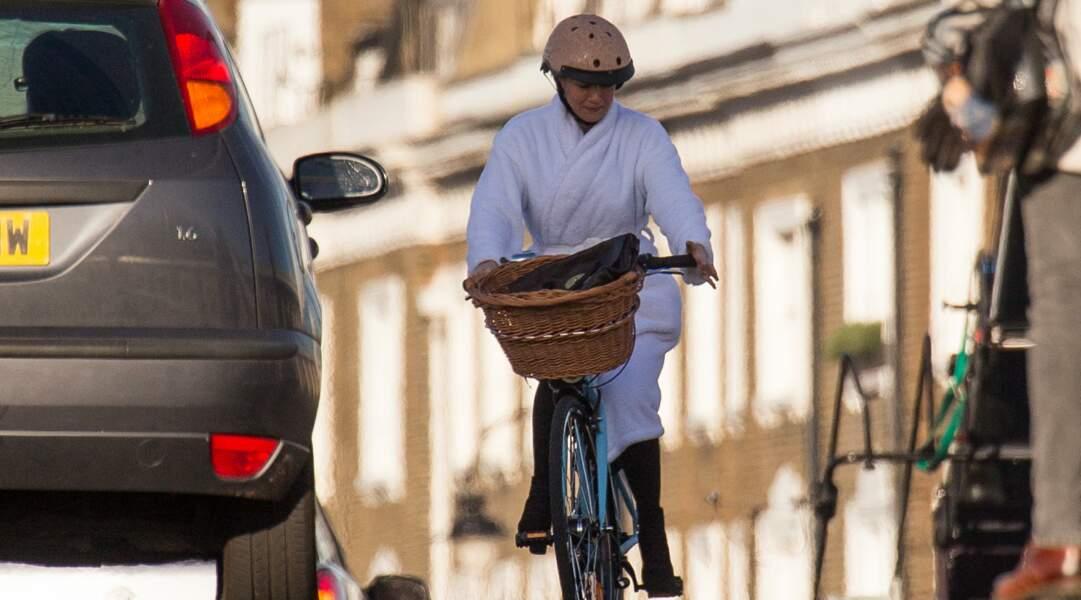 Renee Zellweger continue le tournage de Bridget Jones 3... à bicyclette
