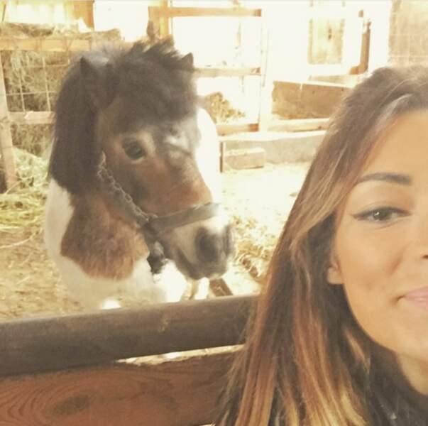 Emilie Nef Naf aime bien les animaux, et prend parfois des selfies avec un poney.
