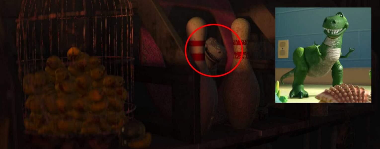 Wall-E : chez lui, Wall-E possède une figurine Rex rangée entre deux quilles