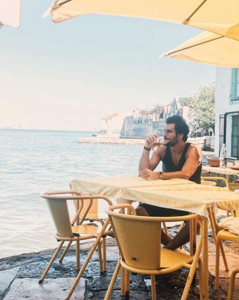 Amir est lui aussi au soleil et profite d'un petit coup de jaja au bord de l'eau