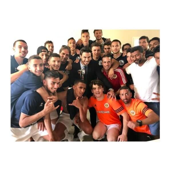 Baptiste Giabiconi était super fier de poser avec l'équipe de foot de Martigues, dont il est propriétaire.