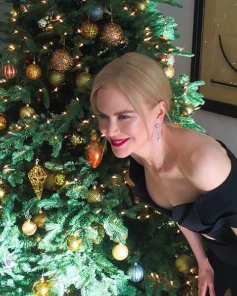 En parlant de fêtes, Nicole Kidman était très contente de poser près d'un sapin.