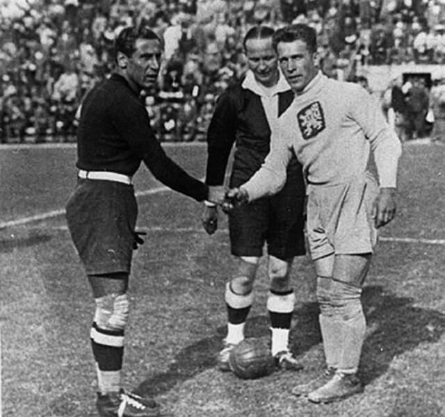 1934 - Première victoire de l'Italie avec Gianpiero Combi (à gauche) comme capitaine