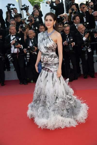 Araya A. Hargate a la robe parfaite pour faire la poussière