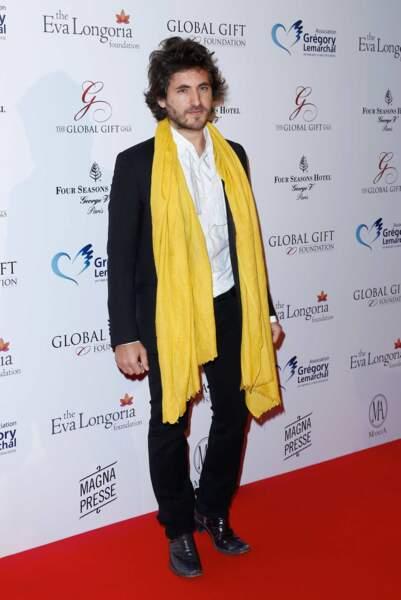 Le chanteur Mickaël Miro et sa longue écharpe jaune