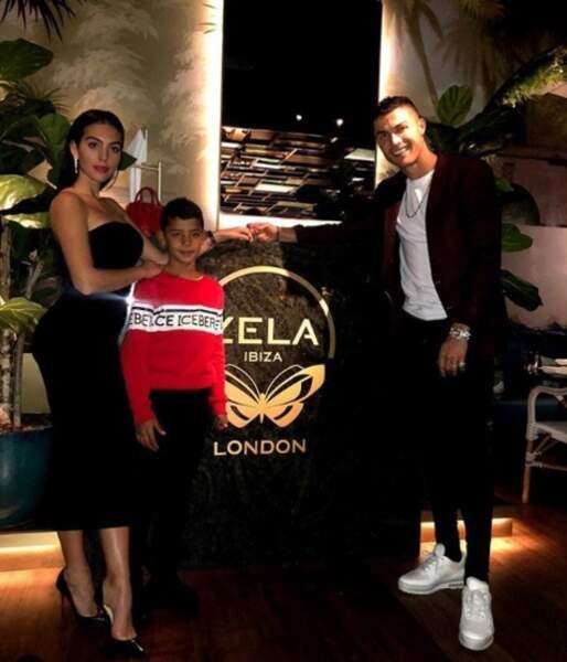 Cristiano Ronaldo, son fils ainé et sa belle dans un palace d'Ibiza