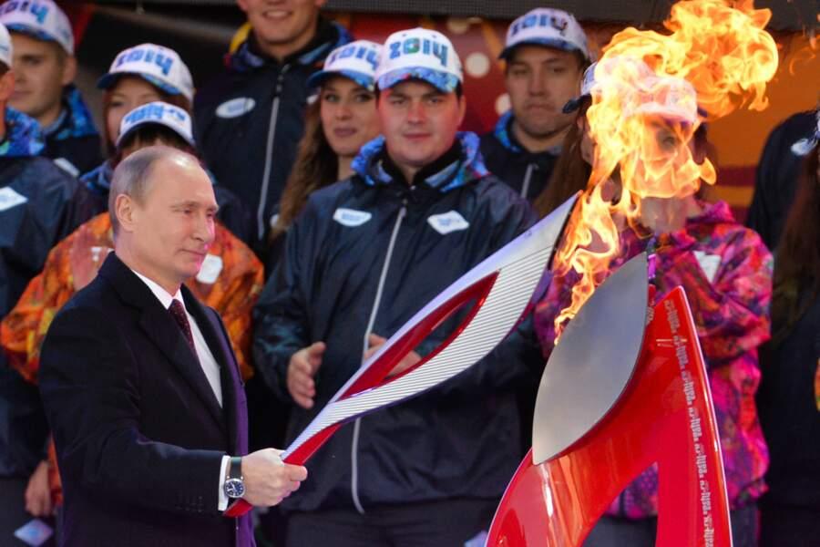Vladimir allume la flamme olympique.
