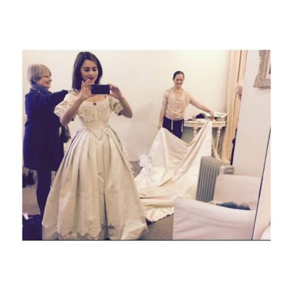 Côté mode, Jenna Coleman était royalement vêtue en coulisses de la série Victoria.