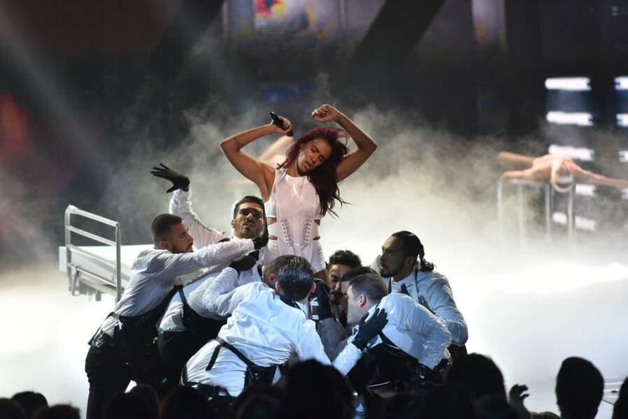 """Shy'm sur la scène des NRJ Music Awards pour son tube """"L'effet de serre""""."""