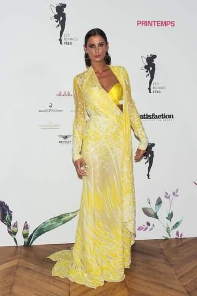 Déjà un air d'été avec une robe couleur soleil portée par Malika Menard