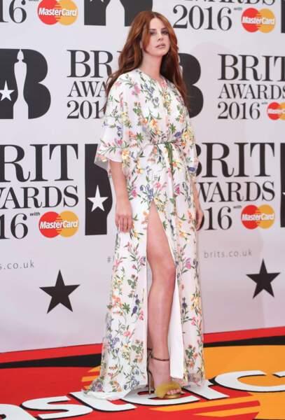 Tandis que Lana del Rey laisse seulement apparaître ses jambes