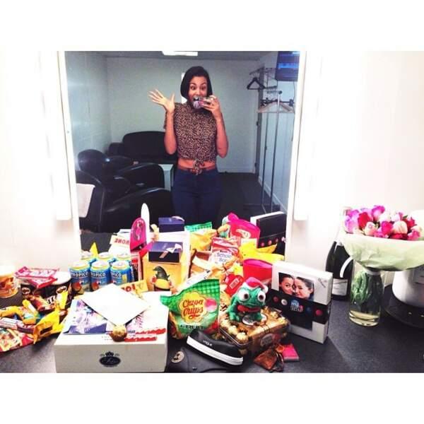 Ici, elle pose avec des cadeaux offerts par ses fans