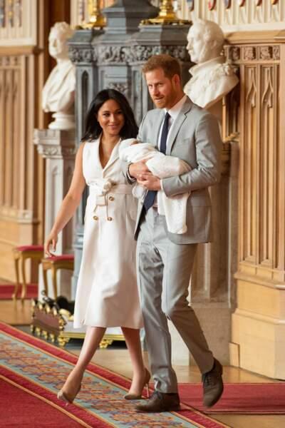 Meghan Markle et le prince Harry présentent leur fils lors d'un photo-call au château de Windsor