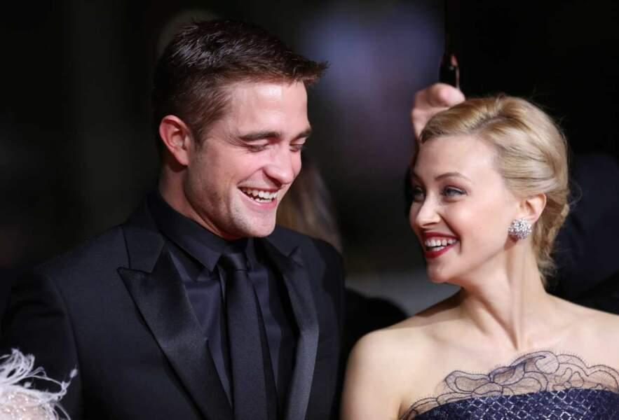 Sarah Gadon vient de raconter une blagounette à Robert Pattinson