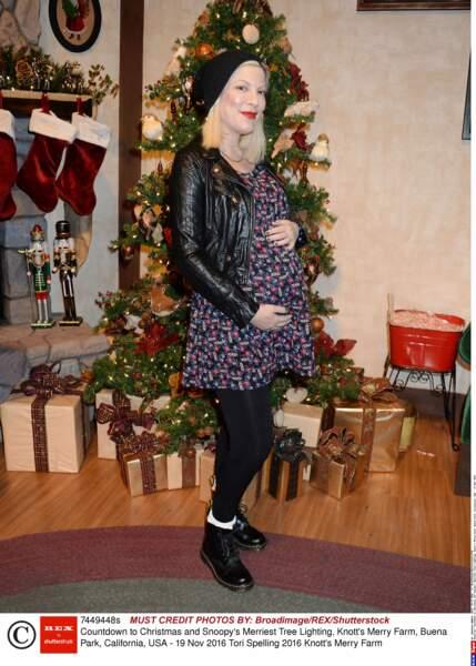 Tori Spelling, quant à elle, est enceinte pour la cinquième fois et elle attend un garçon. MàJ : il est né en mars