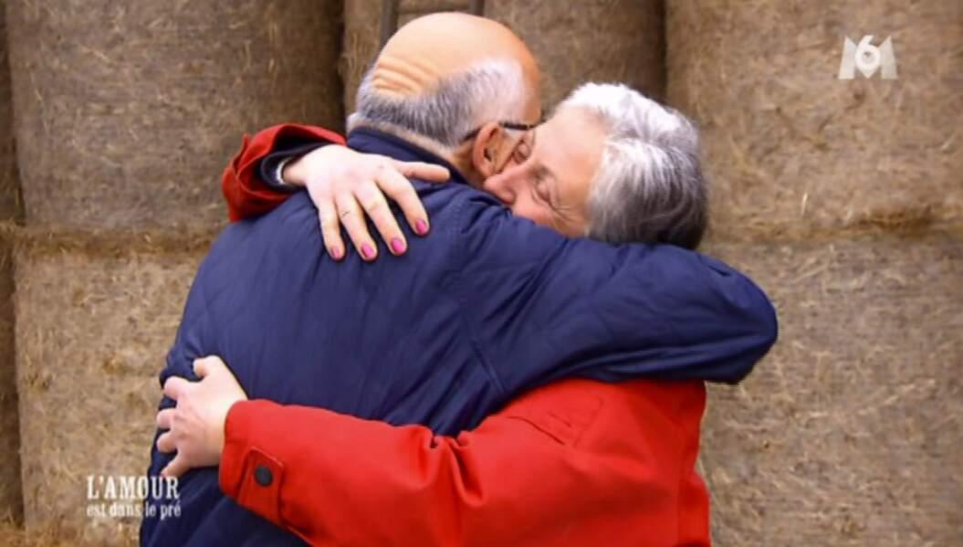 Annie et Bernard s'enlacent, quelque minutes avant le départ de Guy