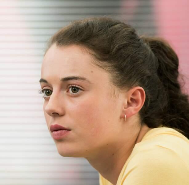 En décembre 2018, Sara (Camille Genau) a déménagé de Sète pour s'installer avec sa mère Béatrice.