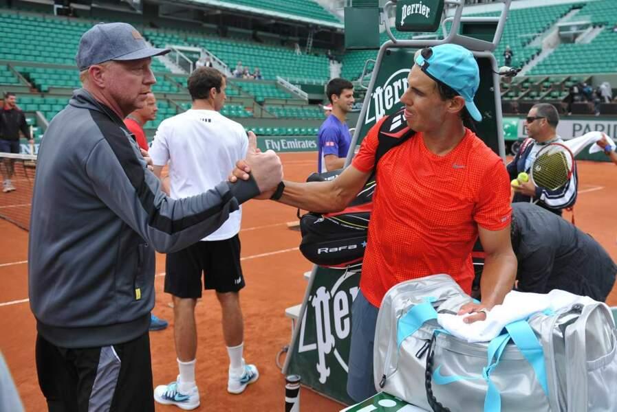 Un petit check entre Boris Becker et le tenant du titre à Roland-Garros, Rafael Nadal