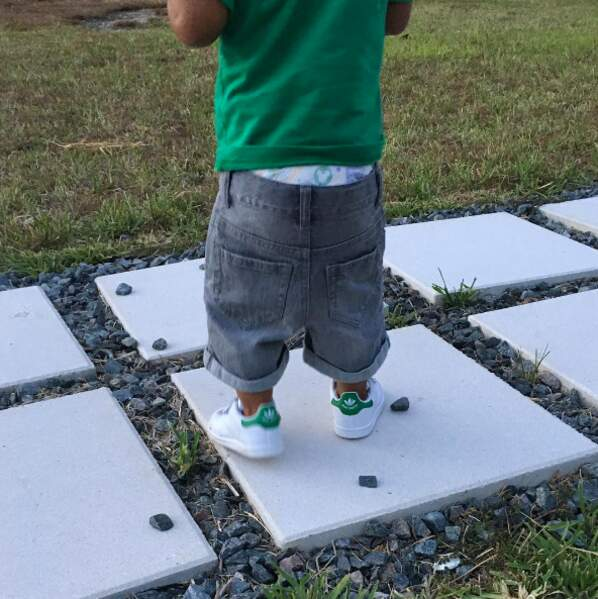 Omar, le fils de Booba : une fashion-victime en couche-culotte.