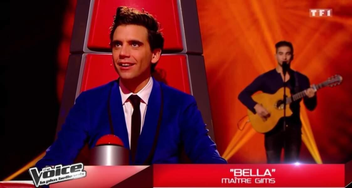 Mika fait son apparition dans The Voice en 2014. Il impose un style de dandy