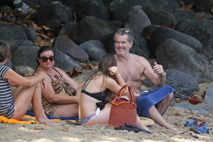 Vacances en famille pour le 14e anniversaire de Mariage de Pierce Brosnan et sa femme à Hawaii.