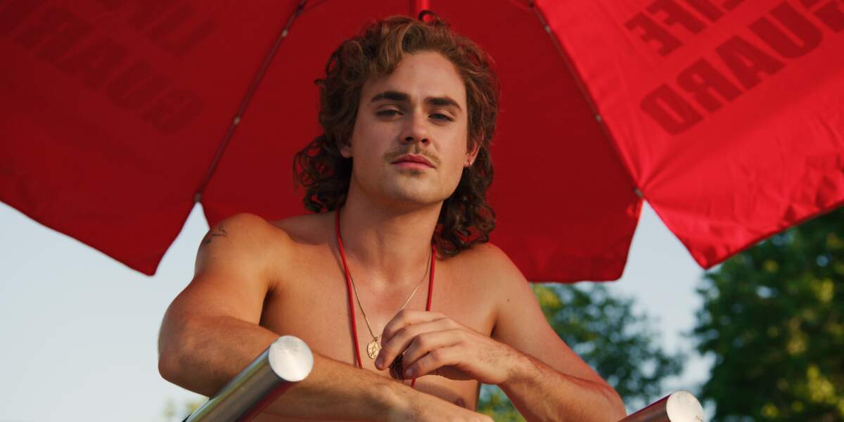Billy (Dacre Montgomery) va faire monter la température le long du bassin, l'été sera chaud...
