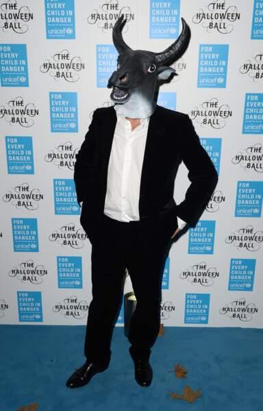 Hugh Grant ne s'est pas foulé, avec un simple masque en caoutchouc.