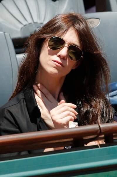 Derrière ces lunettes se cache la belle Charlotte Gainsbourg.
