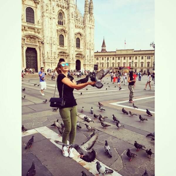 Elle retrouve ses amies les bêtes devant la cathédrale de Milan.