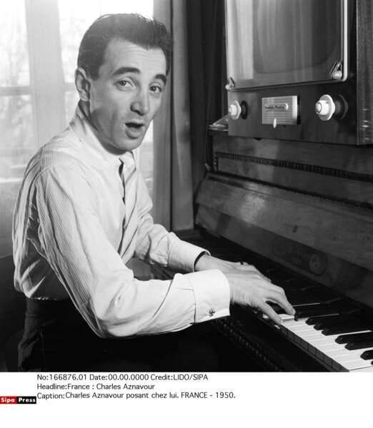Charles Aznavour posant chez lui en 1950