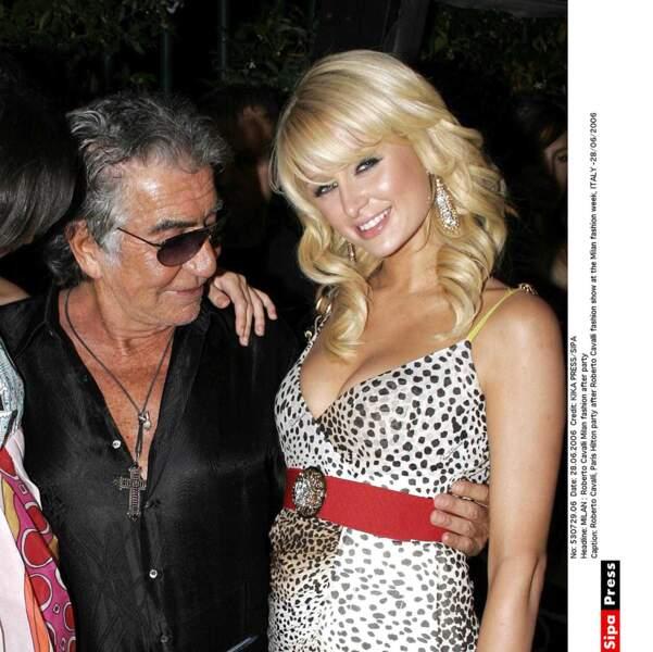 Roberto Cavalli est subjugué par le décolleté de Paris Hilton.