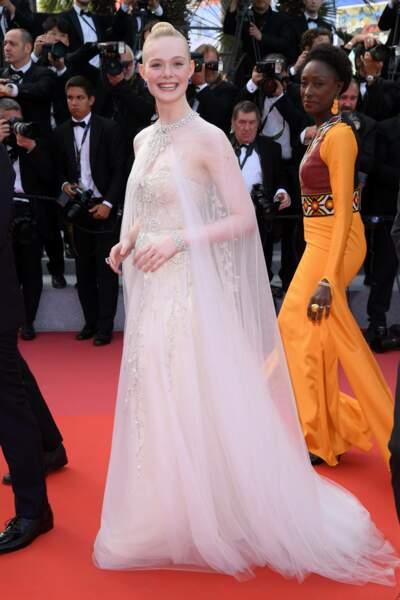 La jeune actrice Elle Fanning divine dans sa robe blanche