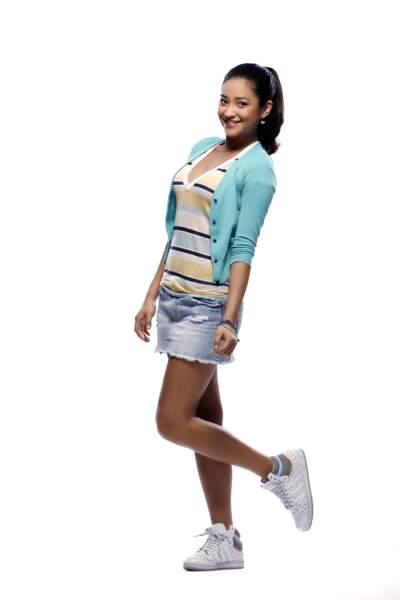 Shay Mitchell joue le rôle d'Emily Fields, la plus douce des quatre collégiennes.