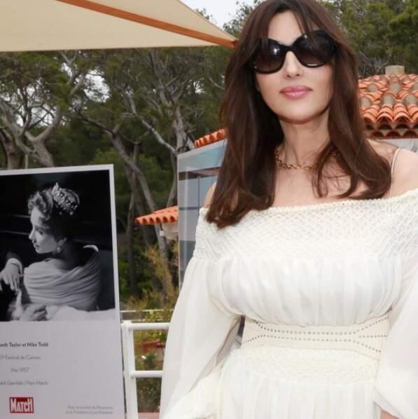 Monica Bellucci n'a pas oublié ses grosses lunettes de soleil