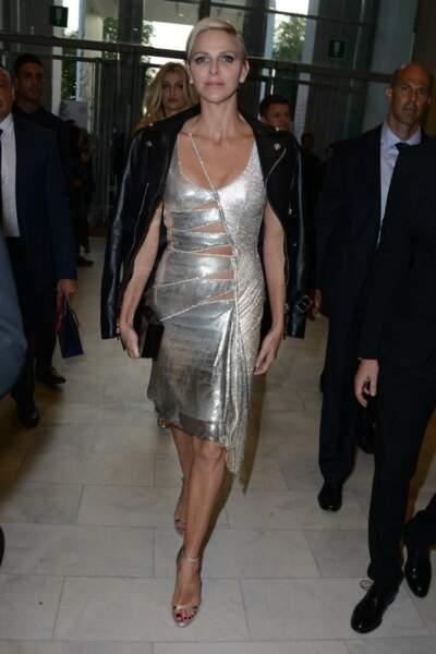 … Et avec la princesse Charlène de Monaco, sexy dans cette robe dorée à découpes