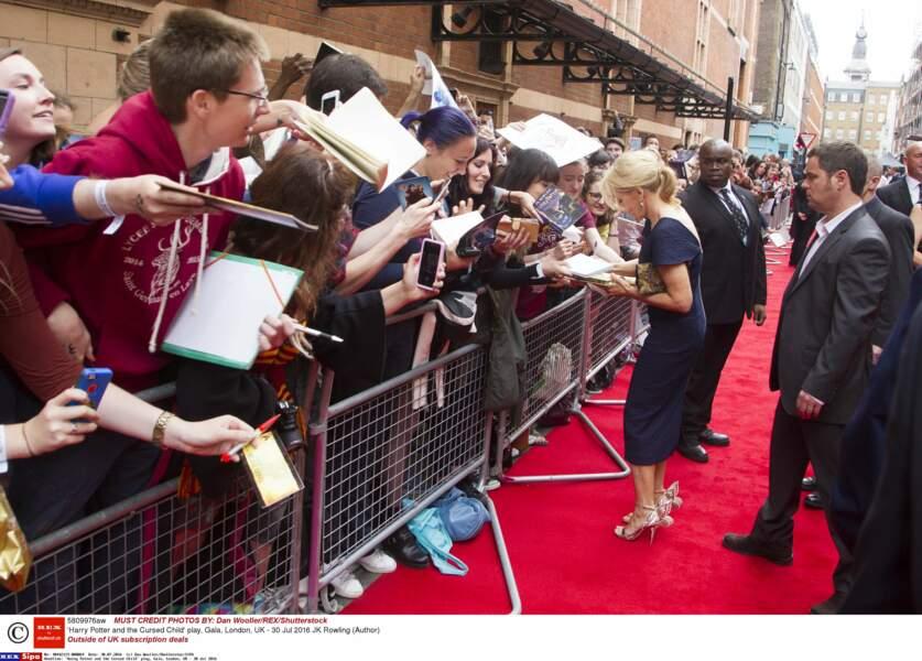La romancière était très attendue par les fans de la saga, venus nombreux au Palace Theater de Londres