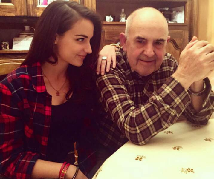 Elle l'est aussi de sa famille, comme avec son papi
