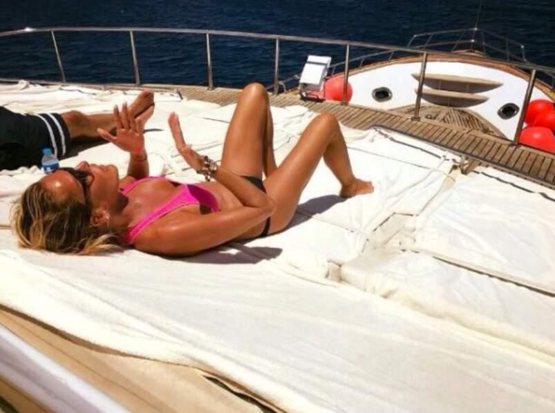 Ophélie Winter fait bronzette sur un bateau vêtue d'un magnifique bikini rose