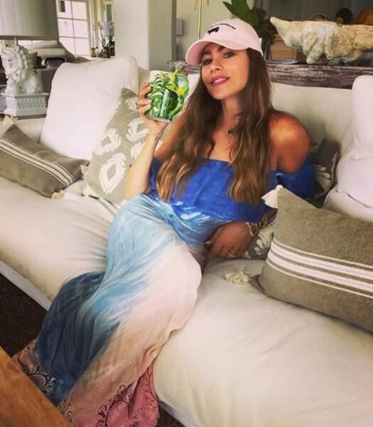 Sofia Vergara prend la pose sur son canapé