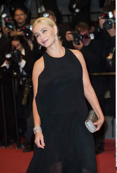 La belle Emmanuelle Beart, dans une tenue sobre et très classe
