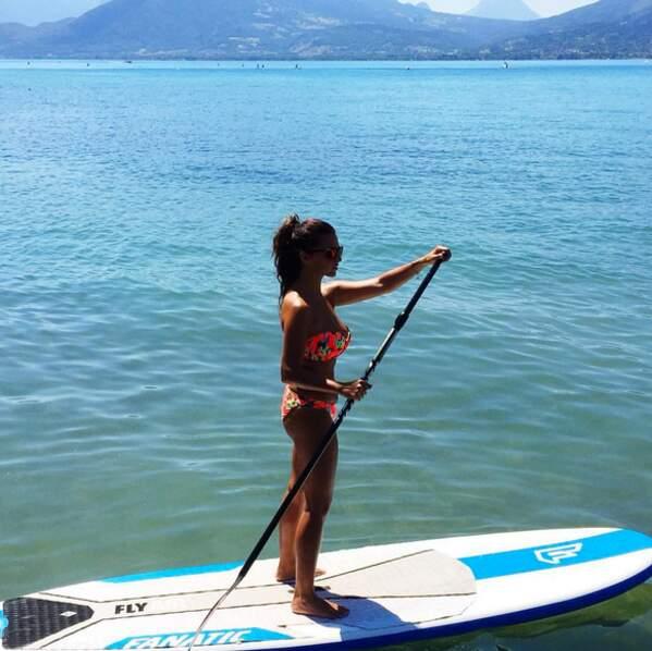 Mais la chanteuse est aussi canon en bikini quand elle fait du paddle