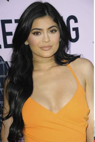 Sa petite soeur Kylie Jenner, bien apprêtée...