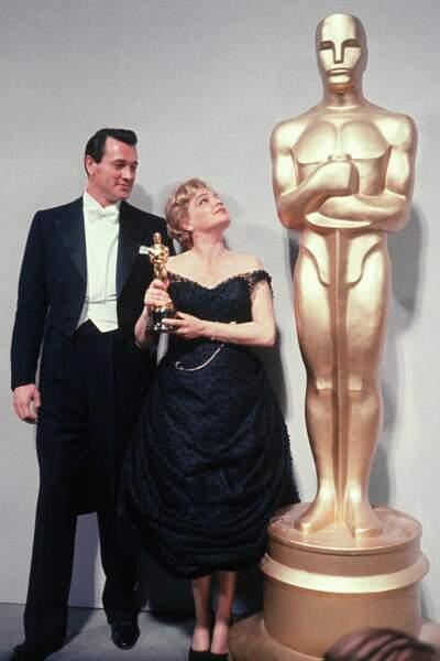 La voici posant en 1960 avec son Oscar de la Meilleure actrice, aux côtés de Rock Hudson