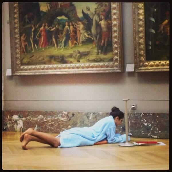 Là, Géraldine est en peignoir au Louvre. Au calme