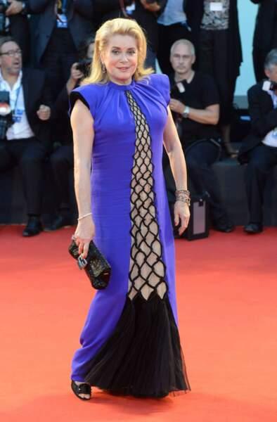 Lors du Festival International du Film de Venise en 2014, Catherine Deneuve a arpenté le tapis rouge en Gaultier