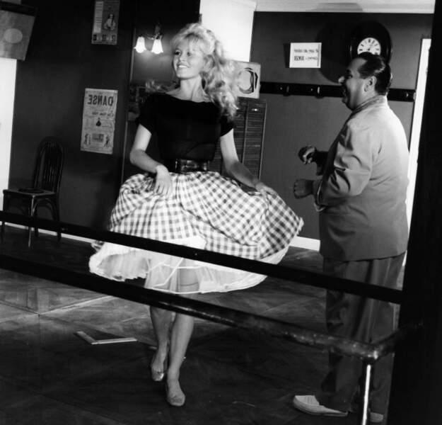 La même année, dans le film Voulez-vous danser avec moi ?, BB arbore une jupe Vichy au côté de Dario Moreno
