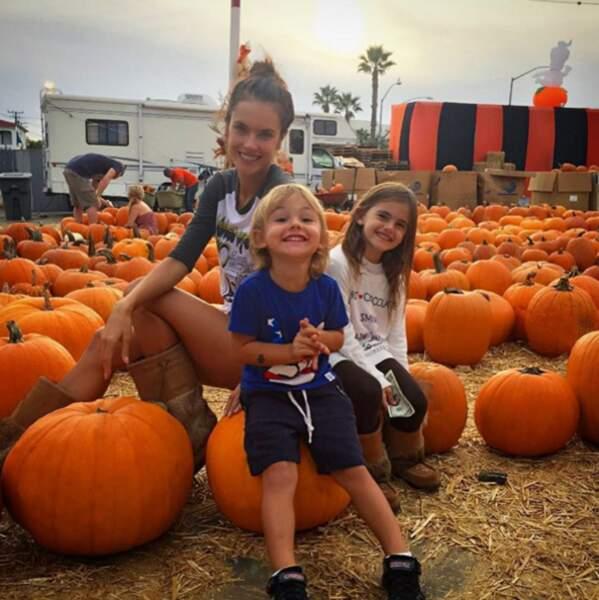 La mannequin Alexandra Ambrosio et ses enfants.