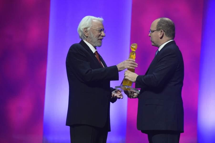 L'acteur canadien a reçu un prix d'honneur des mains du Prince Albert de Monaco