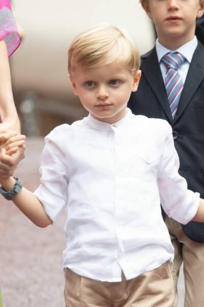 Jacques avait opté pour une jolie chemise blanche, qui contrastait avec la robe de Gabriella