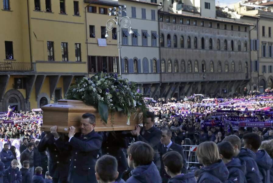 Le cercueil du défunt était auréolé d'une gerbe de fleurs blanches et violettes, les couleurs de son club